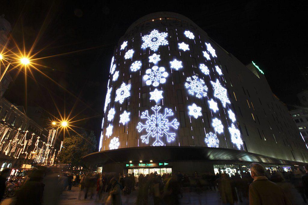 Украшение здания светодиодными снежинками
