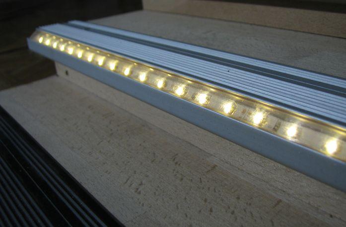 Светодиодная лента для подсветки лестницы вблизи